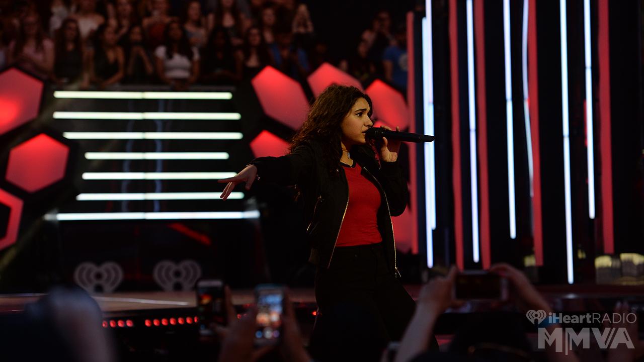 Alessia Cara fala sobre abrir shows para o Coldplay, Fundação SickKids, porte de armas e mais
