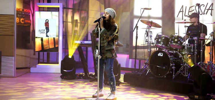 "Alessia Cara apresenta ""Scars To Your Beautiful"" no palco do TODAY Show"