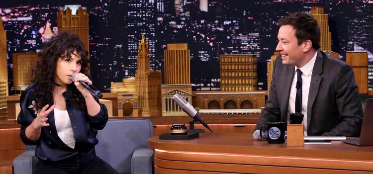 Alessia Cara faz imitações de Ariana Grande, Nicki Minaj e Lorde em quadro do The Tonight Show Starring Jimmy Fallon