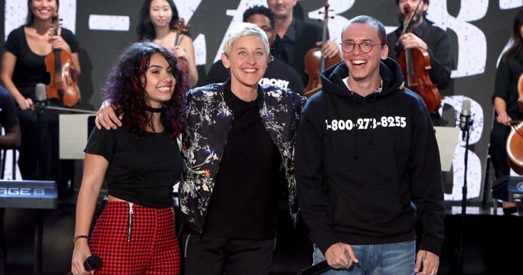 """Alessia Cara e Logic apresentam """"1-800-273-8255"""" e falam sobre a importância da música no The Ellen Show"""