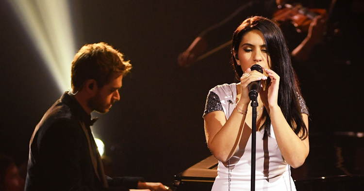 "Alessia Cara e Zedd apresentam ""Stay"" no palco do American Music Awards 2017"