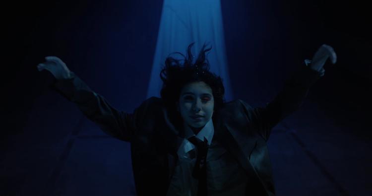 """Alan Masferrer, diretor do clipe de """"Growing Pains"""", explica o conceito por trás do vídeo"""